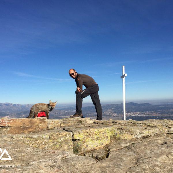 Cruz del Pico Abantos con visitante