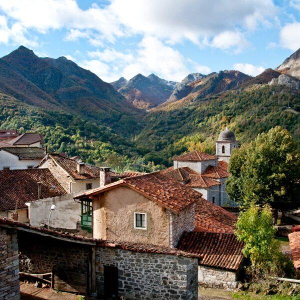 Oseja de Sajambre con Three Mountains